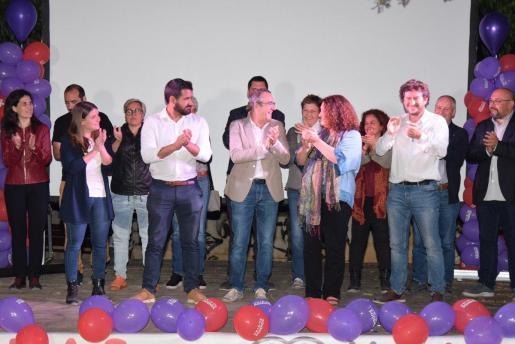 Algunos de los integrantes de Unidas Podemos, con Yllanes en el centro, tras valorar los resultados.