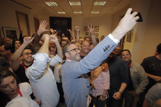 Hila hace un selfie para inmortalizar la alegría de los socialistas por los buenos resultados obtenidos en las elecciones en el Ajuntament de Palma.