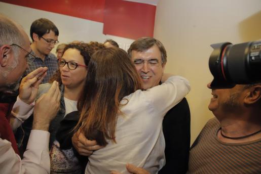 Catalina Cladera, cabeza de lista del PSIB-PSOE al Consell de Mallorca, celebra la victoria con otros socialistas como Francesc Antich.