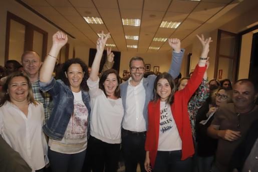 Catalina Cladera, Francina Armengol y José Hila, entre otros, celebrando el triunfo.
