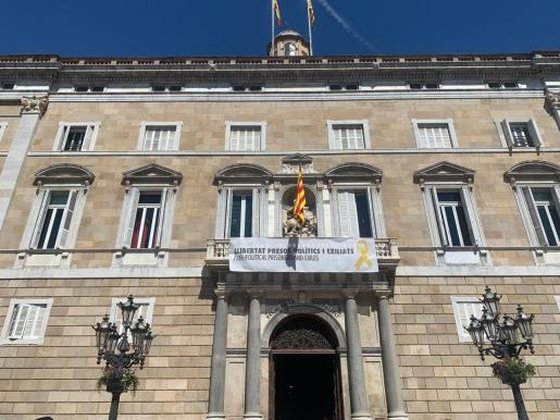 La Generalitat vuelve a colgar la pancarta con el lazo amarillo.