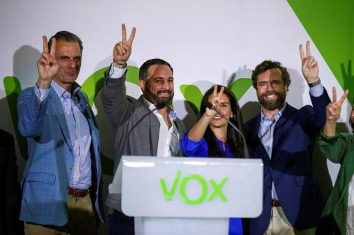 El secretario general de Vox y candidato la Alcaldía de Madrid, Javier Ortega Smith, el líder de la formación, Santiago Abascal, la candidata a la Presidencia de la Comunidad de Madrid, Rocío Monasterio, y el jefe de campaña, Iván Espinosa de los Monteros (de izda a dcha) en la sede del partido.