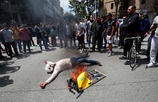Cerca de 100 repartidores se han concentrado este lunes 27 de mayo ante la sede principal de Glovo en Barcelona.