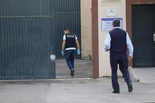 Imagen de los investigadores entrando en El Pinaret, en 2015, cuando tuvo lugar el incendio.