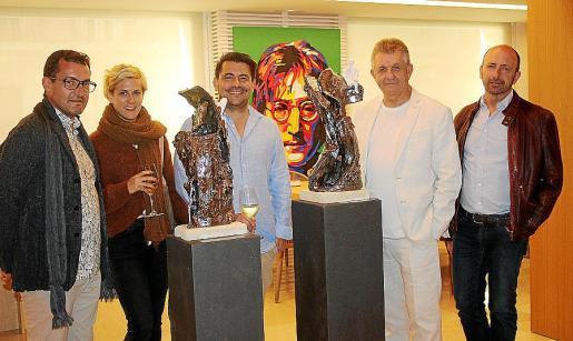 Sthephan Lebard, Carolina Adán, Ernesto Rodríguez, Enrique Razkin y Ernesto Muñiz, ante las obras de los dos artistas.