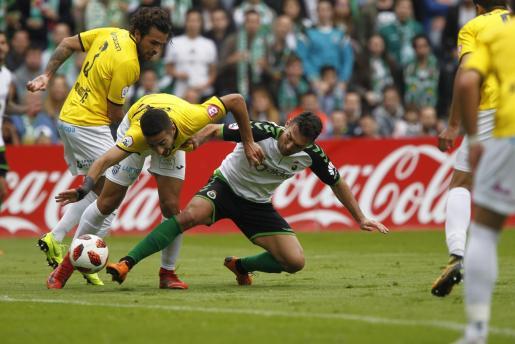 Rubén González, del Atlético Baleares, y David Barral, del Racing de Santander, pugnan por un balón en el partido de ida de la eliminatoria de campeones de ascenso a Segunda División disputado en El Sardinero.