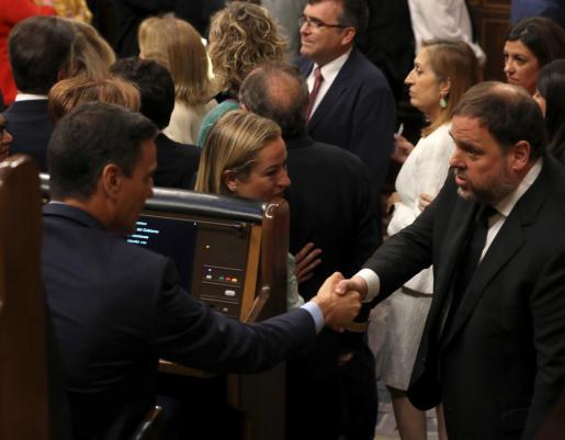 El presidente del Gobierno en funciones, Pedro Sánchez saluda a Oriol Junqueras.