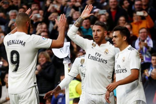 Sergi Ramos, capitán del Real Madrid, celebra un gol junto a Karim Benzema y Sergio Reguilón.