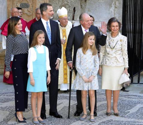 Los reyes Felipe y Letizia, sus hijas, la princesa Leonor y la infanta Sofía, y los reyes don Juan Carlos y doña Sofía asisten a la misa de Domingo de Resurrección en la Catedral de Mallorca.