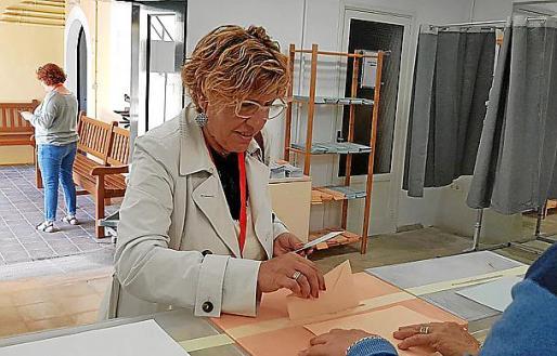Bárbara Rebassa, votando el domingo en Alcúdia.