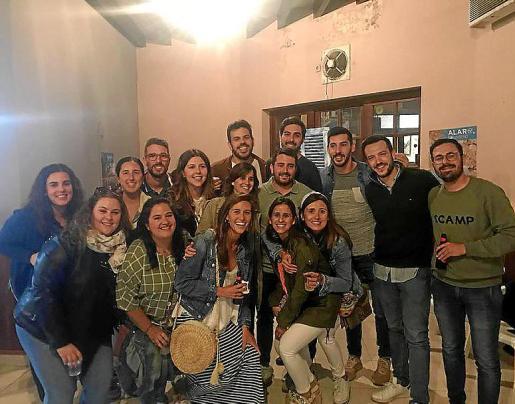 El nuevo alcalde de Alaró del PP, Llorenç Perelló, con un grupo de amigos.