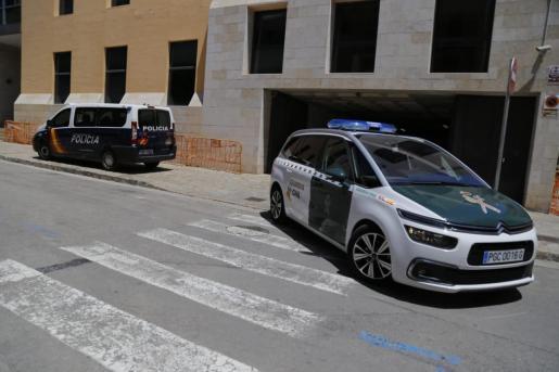Un vehículo de la Guardia Civil, a las puertas de los juzgados de Sa Gerreria, donde declaran los jóvenes.