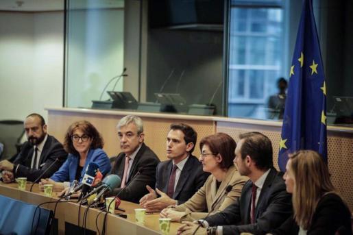 El presidente de Ciudadanos, Albert Rivera (c), junto a Luis Garicano (3i) y Maite Pagazaurtundúa (3d), durante la reunión en abierto del grupo en el Parlamento Europeo.