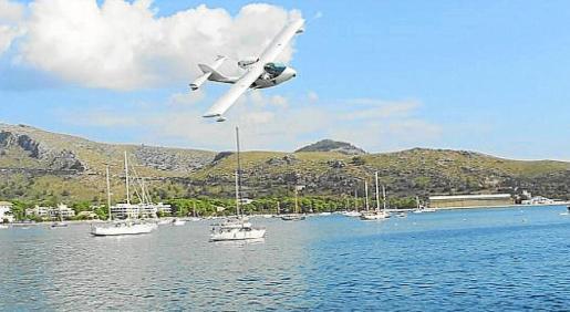 Un hidroavión, sobrevolando la bahía de Pollença, que ha sido la sede del Splash In en los últimos años.