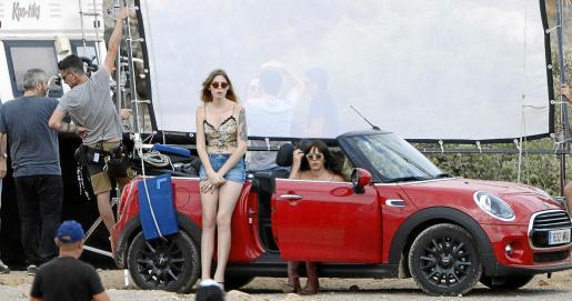 Las actrices Geena Roman, apoyada en el Mini Cooper, y sentada en el mismo, Marta Milans, durante el rodaje en Portocolom.