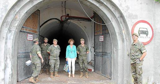 La alcaldesa Mora junto al coronel Victor Pujol de Lara, en la boca del túnel.