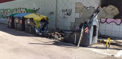 Imagen de los contenedores quemados.