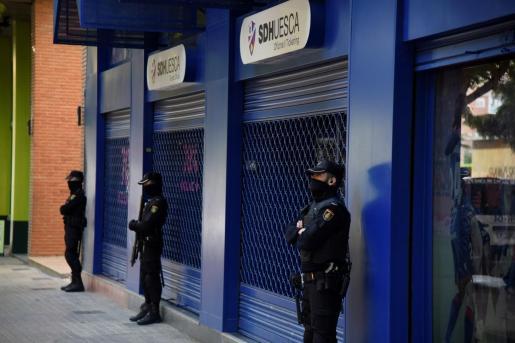 Un amplio dispositivo de Policía Nacional en la sede de la Sociedad Deportiva Huesca.