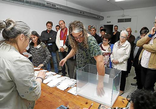 Recuento de votos en un colegio electoral de Menorca.