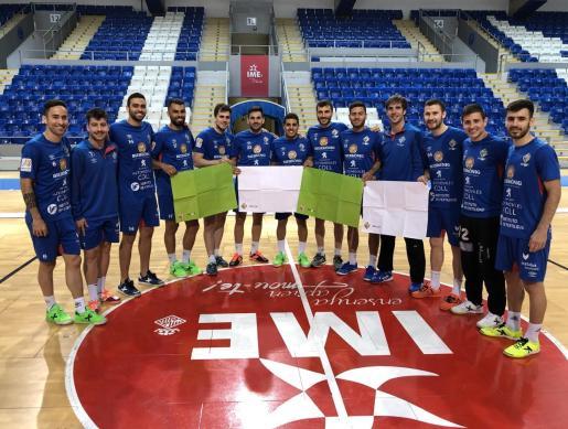 La plantilla del Palma Futsal posa en Son Moix con las cartulinas del mosaico previsto para recibir al Barcelona este viernes.