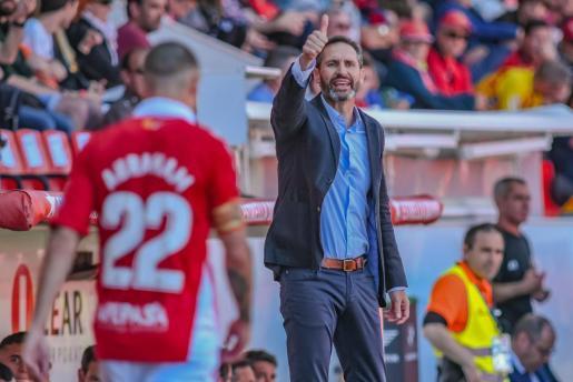 Vicente Moreno da instrucciones a sus jugadores durante un reciente partido.