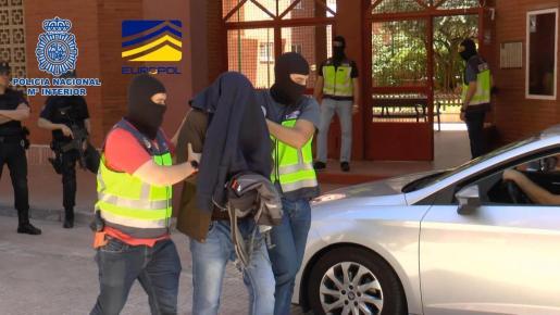 Imagen facilitada por el Ministerio del Interior de efectivos de la Policía Nacional que han detenido en Madrid a un presunto miembro del aparato financiero de Dáesh que facilitaba el retorno a Europa de combatientes radicalizados en Siria.