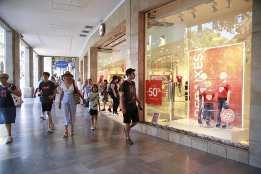 Imagen de archivo de una calle comercial en Palma.