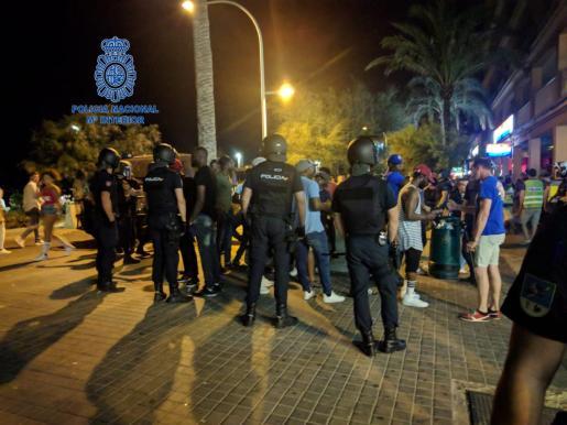 Los agentes de la Policia Nacional , durante una de las actuaciones en primera línea dela Platja de Palma.