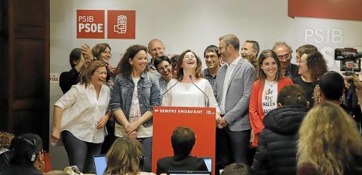 La imagen corresponde a la noche electoral, cuando Francina Armengol informaba de que el PSIB había sido el partido más votado. Los rostros reflejan la alegría del momento.