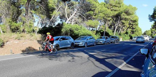 Coches aparcados en la carretera de la Platja de Muro.