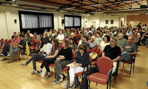 Un centenar largo de personas, buena parte cargos en el partido y en las instituciones pero también militantes de base, acudieron a la asamblea que Més per Mallorca celebró en el casal de cultura de Inca.