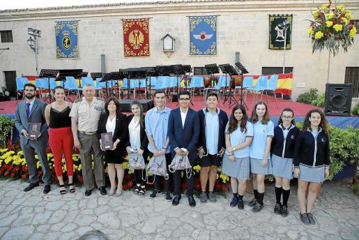 Los profesores y algunos estudiantes posan junto al comandante general.