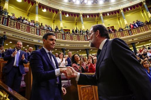 Mariano Rajoy, felicitando a Pedro Sánchez al convertirse en presidente del Gobierno tras prosperar la moción de censura.