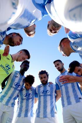 Los jugadores del Atlético Baleares forman una piña antes del partido ante el Lleida en Son Malferit.