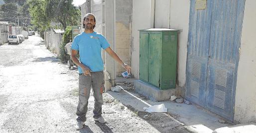 Manuel Alameda señala el lugar que ocupaba uno de los contenedores.
