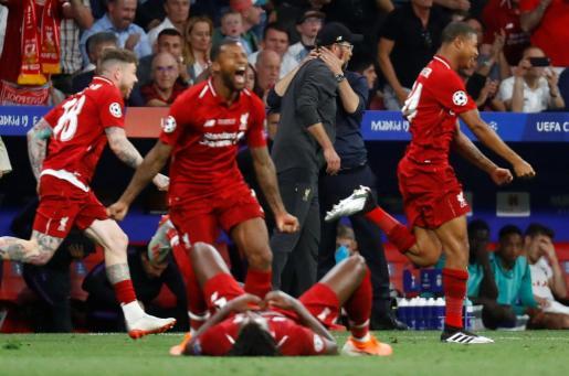 Los jugadores del Liverpool reaccionan tras el final del partido ante el Tottenham en el que se han proclamado campeones de Europa en el Wanda Metropolitano de Madrid.