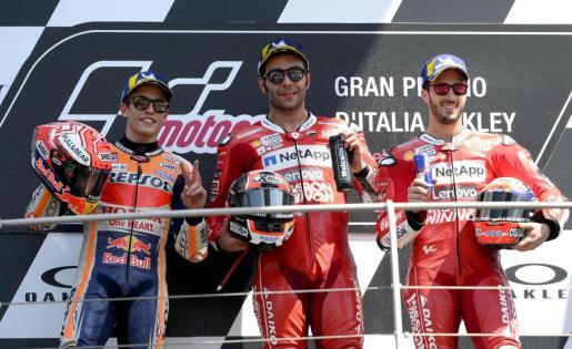 Marc Marquez en el podio junto a Danilo Petrucci y a Andrea Dovizioso.