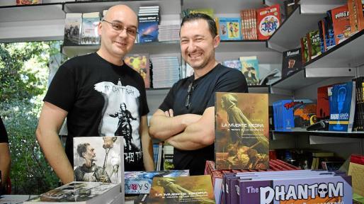 El escritor Házael González y Vicente García, de Dolmen Editorial, posan en la caseta de este sello en la Feria del Libro de Madrid.