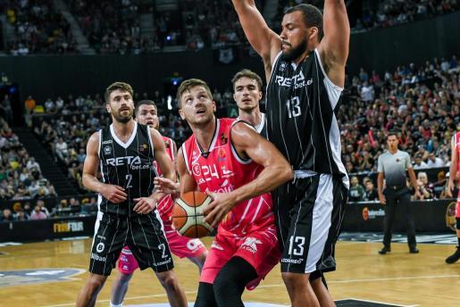 Boris Barac, del Iberojet Palma, intenta anotar ante Matulionis y Kevin Larsen durante el partido disputado este domingo en el Bilbao Arena de Miribilla.