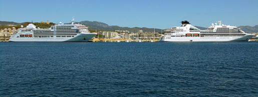 Los buques 'Silver Spirit' y 'Seabourn Odyssey', con aforo limitado en alojamientos de gran lujo en suite, coincidieron en el puerto de PalmaSilver Spirit' y 'Seabourn Odyssey'