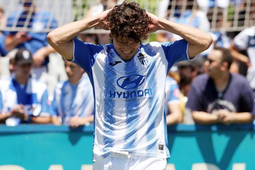 Francesc Fullana se lamenta durante el partido ante el Racing de Santander.