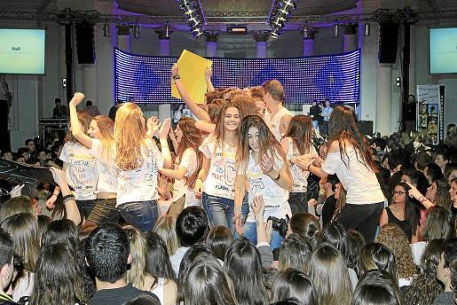 Animados por Mario Deluxe, los jóvenes se lanzaron a la pista bailando al son de la música y, tras la presentación en camiseta, ejecutando la coreografía aprendida.