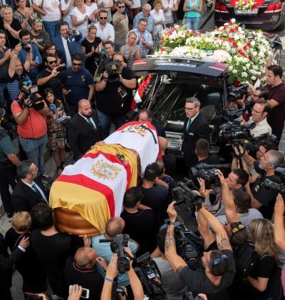 Familiares y amigos portan el féretro con los restos mortales del futbolista José Antonio Reyes, fallecido el sábado en un accidente de tráfico.