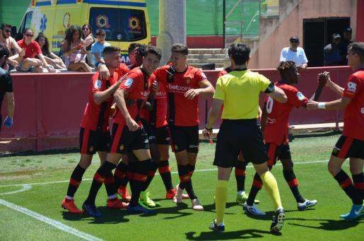Los jugadores del Mallorca B celebran un gol ante el Beti Kozkor.