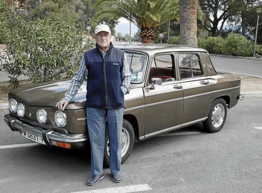 Roberto María Cayuela Miró, junto a su Renault 8 de 1974 y que ha conservado a lo largo de estos años por una cuestión de cariño.