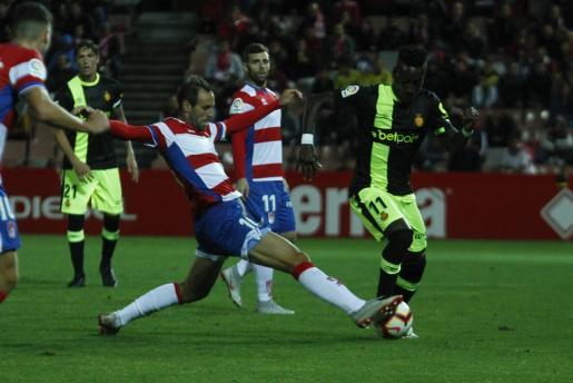 Lago Junior intenta superar a un jugador del Granada durante el partido de la primera vuelta disputado en el Nuevo Los Cármenes.