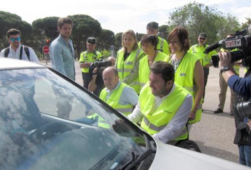 Voluntarios de Aspaym informan a los conductores de los peligros del alcohol y las drogas al volante.      03/06/2019 Voluntarios de Aspaym informan a los conductores en presenencia