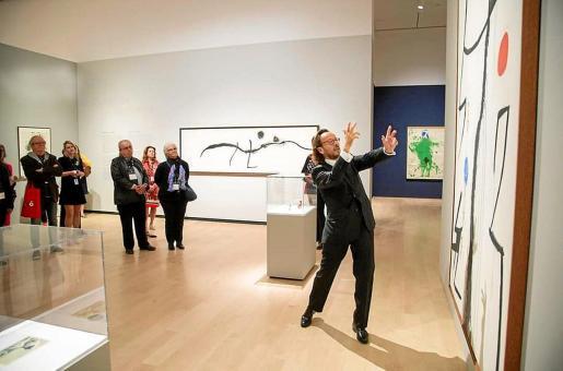 El nieto del artista, Joan Punyet Miró, muestra una obra a los asistentes a la inauguración de esta exposición en Quebec.