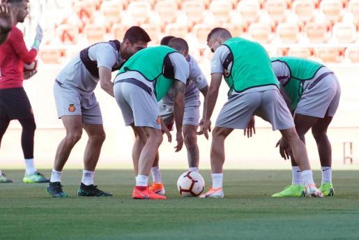 Varios futbolistas del Real Mallorca, durante el entrenamiento del equipo celebrado este lunes en el estadio de Son Moix.