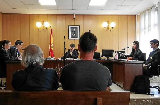 Los acusados, este lunes, en un juzgado de Vía Alemania. Abajo, uno de los cebos envenenados utilizados.